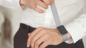 Mano del ` s del hombre con el reloj de Apple almacen de video