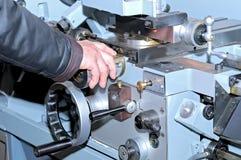 Mano del ` s del trabajador en la máquina metalúrgica Fotos de archivo libres de regalías