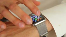 Mano del ` s dell'uomo con l'orologio di Apple stock footage