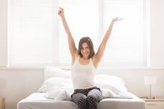 Mano del ` s della donna che si alza su alla mattina Immagini Stock Libere da Diritti