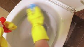 Mano del ` s della donna vicino alla ciotola di toilette archivi video
