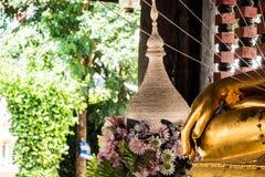 Mano del ` s della statua di Buddha con il fiore e l'albero Fotografia Stock