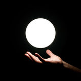 Mano del ser humano del ove de la bola de Ight Fotos de archivo