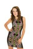 Mano del soporte del vestido del cortocircuito de la mujer en muslo Foto de archivo libre de regalías