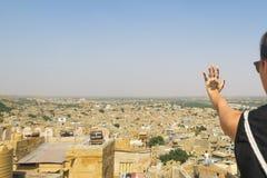 Mano del tatuaje de la alheña y visión panorámica sobre la ciudad india Jaisalmer del desierto imagen de archivo libre de regalías