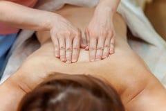 Mano del terapeuta que hace masaje foto de archivo