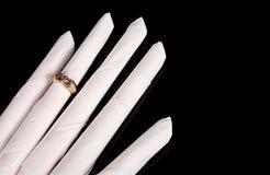 Mano del tovagliolo con l'anello di cerimonia nuziale Immagini Stock Libere da Diritti