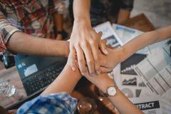 Mano del trabajo en equipo del negocio junto Gente del éxito que hace frente al grupo que trabaja en oficina Socio comercial fuer fotos de archivo libres de regalías
