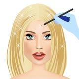 Mano del truccatore che applica eye-liner alla donna Immagine Stock