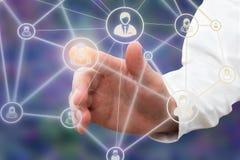 Mano del un interfaz conmovedor de la tecnología del hombre de negocios con el icono del contacto del interfaz fotos de archivo