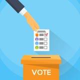 Mano del voto que pone la lista de la votación de papel en caja de votación Fotos de archivo libres de regalías