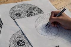 Mano del yin yang del dibujo de la mujer para el libro de colorear anti de la tensión Imágenes de archivo libres de regalías