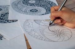 Mano del yin yang del dibujo de la mujer para el libro de colorear anti de la tensión Imagen de archivo libre de regalías