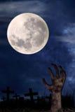 Mano del zombi en el cementerio 1 Fotografía de archivo