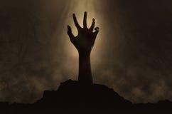 Mano del zombi que sale del sepulcro imagen de archivo libre de regalías