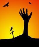 Mano del zombi que se levanta de sepulcro Imagenes de archivo