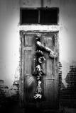 Mano del zombi a través de la puerta Imagenes de archivo
