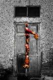 Mano del zombi a través de la puerta Fotos de archivo