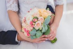 Mano delicata dello sposo nella mano del ` s della sposa fotografie stock libere da diritti