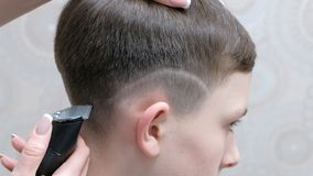 Mano dell'allineamento della pittura del barbershoper dell'orecchio immagine stock libera da diritti