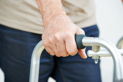 Mano dell'anziano su un camminatore Fotografia Stock Libera da Diritti
