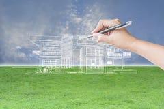 Mano dell'architetto che disegna una casa Fotografia Stock Libera da Diritti