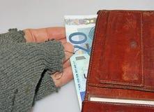 Mano dell'indigente che ruba gli euro soldi dal portafoglio Fotografie Stock Libere da Diritti