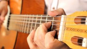 Mano dell'uomo che gioca chitarra archivi video