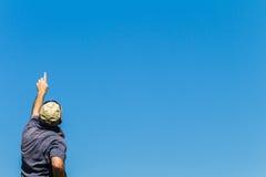 Mano dell'uomo che indica blu Fotografie Stock Libere da Diritti