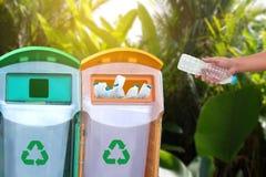 mano dell'uomo che mette riutilizzazione di plastica per il riciclaggio dei environmen di concetto Fotografie Stock Libere da Diritti