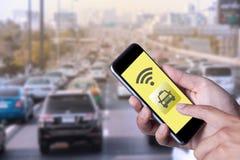 Mano dell'uomo che per mezzo del taxi di chiamata dello smartphone dallo smartphone di applicazione Immagine Stock Libera da Diritti