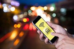 Mano dell'uomo che per mezzo del taxi di chiamata dello smartphone dallo smartphone di applicazione Fotografia Stock Libera da Diritti