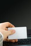 Mano dell'uomo che tiene scheda in bianco Fotografia Stock Libera da Diritti