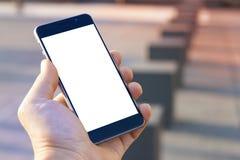Mano dell'uomo che tiene smartphone moderno contemporaneo Immagine Stock Libera da Diritti