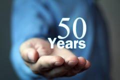 Mano dell'uomo con 50 anni di parola Fotografie Stock