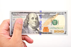 Mano dell'uomo con 100 banconote in dollari Fotografia Stock Libera da Diritti