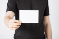 Mano dell'uomo con carta in bianco Fotografia Stock Libera da Diritti