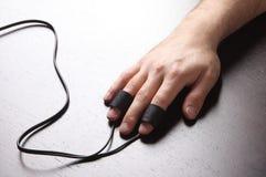 Mano dell'uomo con gli elettrodi del Polygraph Fotografie Stock Libere da Diritti