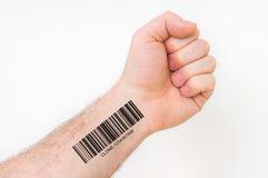 Mano dell'uomo con il codice a barre - concetto genetico del clone fotografie stock libere da diritti