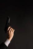 Mano dell'uomo con una pistola Immagini Stock Libere da Diritti