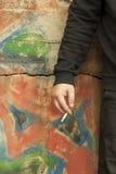 Mano dell'uomo con una sigaretta Fotografie Stock Libere da Diritti