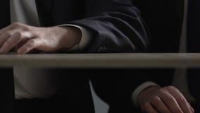 Mano dell'uomo d'affari che dà la dose sotto la tavola, traffico della cocaina della droga illegale archivi video