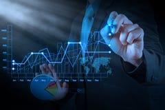 Mano dell'uomo d'affari che disegna affare virtuale del grafico Fotografia Stock