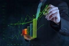 Mano dell'uomo d'affari che disegna affare virtuale del grafico sul touch screen Immagini Stock