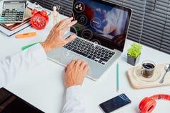 mano dell'uomo d'affari che funziona con il computer portatile moderno immagine stock libera da diritti