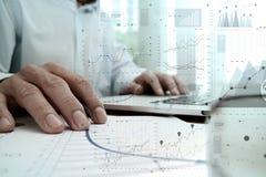 Mano dell'uomo d'affari che funziona con il nuovo computer moderno Fotografia Stock
