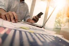 mano dell'uomo d'affari che funziona con il nuovo computer moderno con la b digitale Immagine Stock