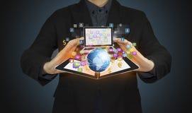 Mano dell'uomo d'affari che funziona con l'icona moderna di affari e del computer su tecnologia Fotografie Stock Libere da Diritti