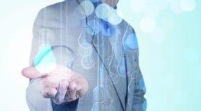 Mano dell'uomo d'affari che funziona con la lampadina 3d di direzione Fotografie Stock