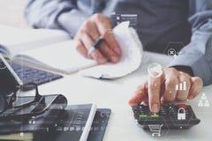 mano dell'uomo d'affari che funziona con le finanze circa costo ed il calcolatore Immagine Stock Libera da Diritti